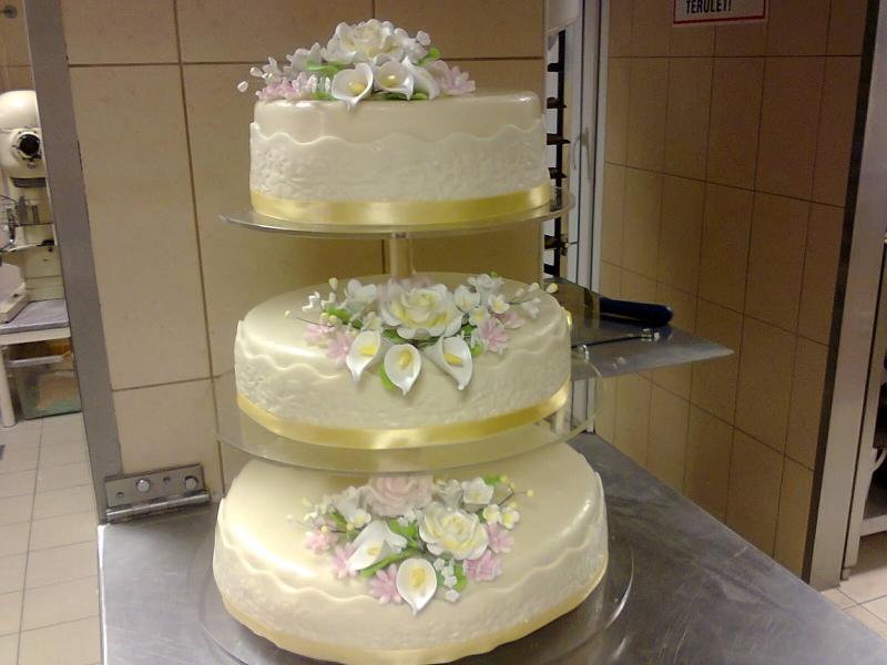 3 emeletes esküvői torta TORTÁK   Esküvői torta 2   Vén Duna Cukrászda 3 emeletes esküvői torta